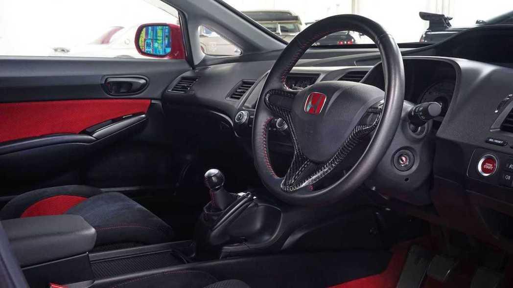 Civic Type R Mugen RR內裝以紅黑搭配。 摘自Torque G...