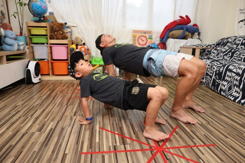 螃蟹伸展:身體呈向上仰面、手掌撐地,注意手指頭朝向後方,親子同時間將屁股上推、讓身體打直,停留一秒後屁股再坐回地板。重複10次。記者沈昱嘉╱攝影