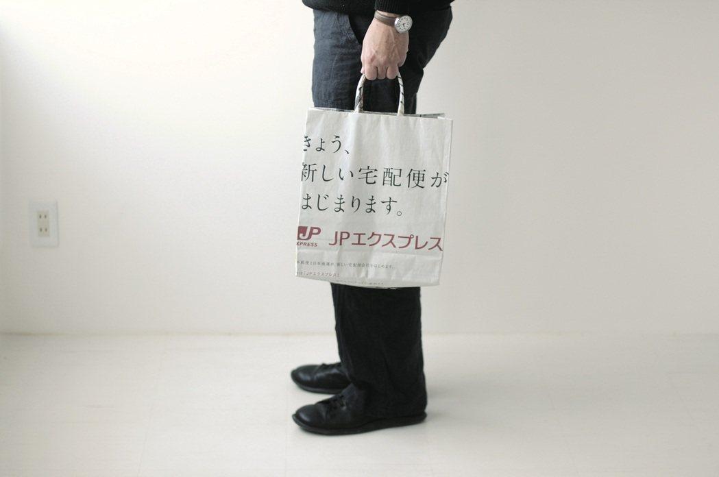 四萬十川當地的家庭主婦、伊藤奶奶所提案的報紙包非常牢靠,伴隨露在表面的報紙文字與...