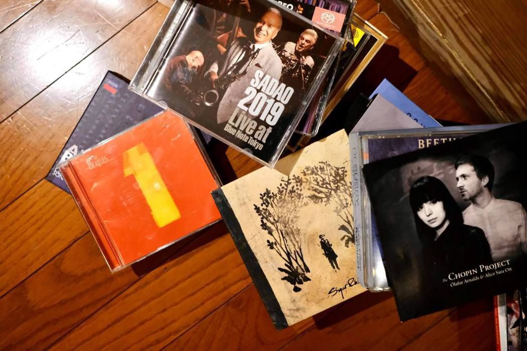 從英國留學時期開始收藏的大量CD。 圖/王耀邦提供