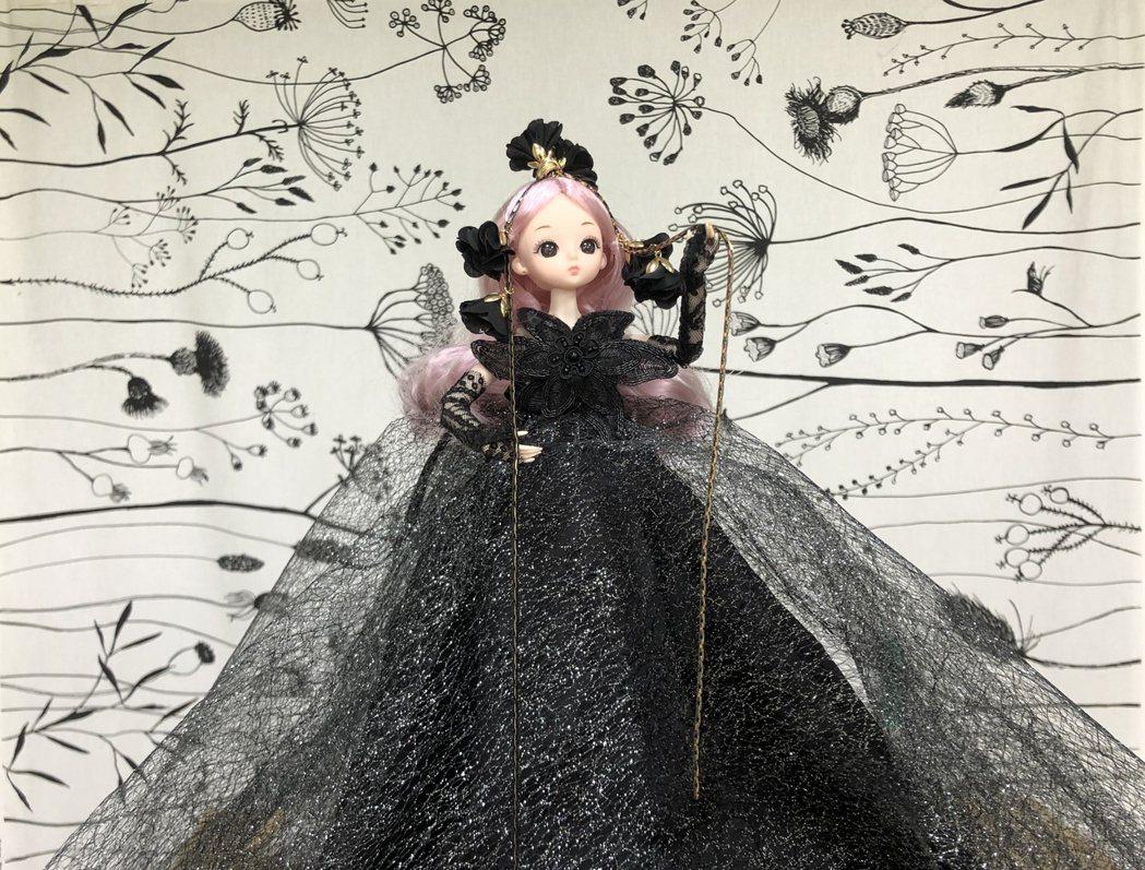 張晏淳運用大量的蕾絲,輔以飾品製作及燙花技巧來進行創作,獲得「創意藝術芭比娃娃」...