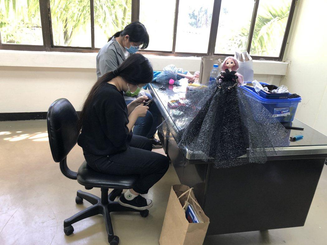從未拿過針線,從學習針法到裁製,參賽學生努力完成作品。 崑山科大/提供。