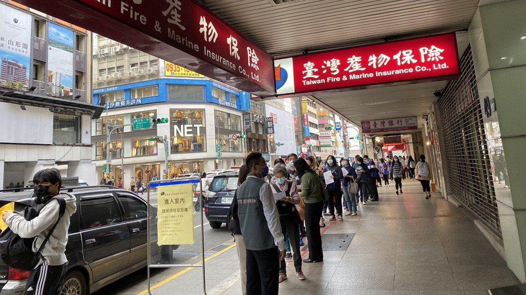 圖為今年初民眾大排長龍等待買防疫保單的奇景。記者陳怡慈/攝影