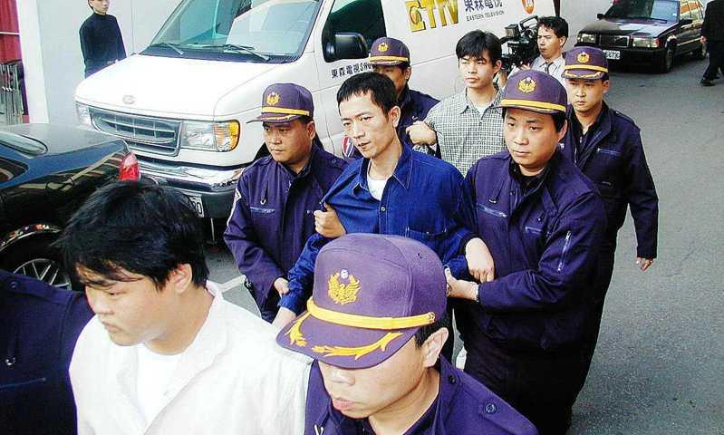 涉嫌偷竊苗栗縣鯉魚派出所警槍的主嫌犯莊俊德(中),與同夥張文吉(前)、邵玉麟(後),被移送法辦。圖/聯合報系資料照片