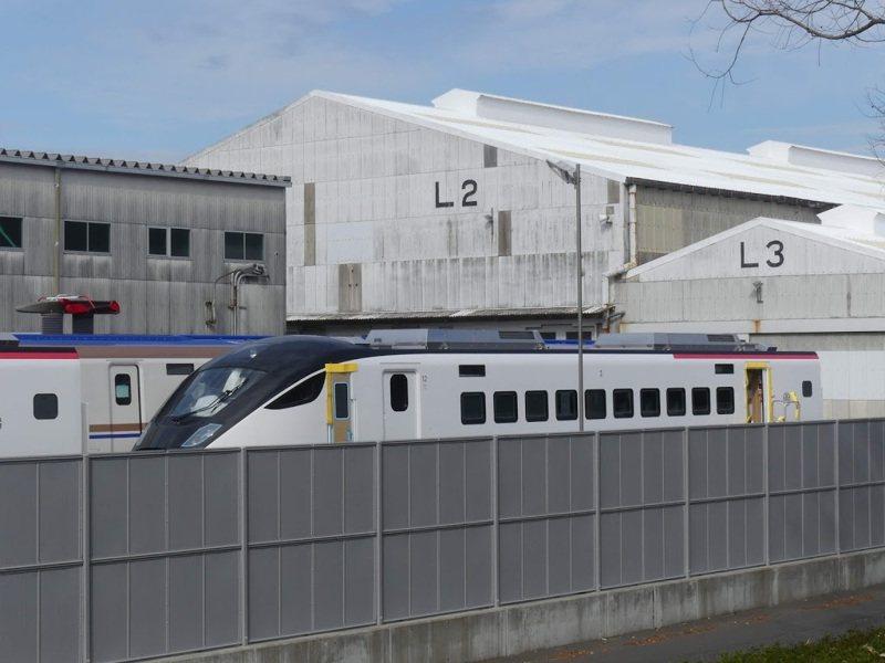 台鐵新購得的EMU3000型城際電聯車,首批兩編、共24輛車將於7月底、8月初抵台,新車實體首度曝光。圖/擷取自PTT