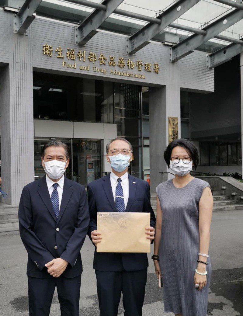 慈濟基金會執行長顏博文(中)、副執行何日生(左)及律師陳昱瑄,今天上午9時到食藥署送件,申請採購500萬劑BNT疫苗。圖/慈濟基金會提供