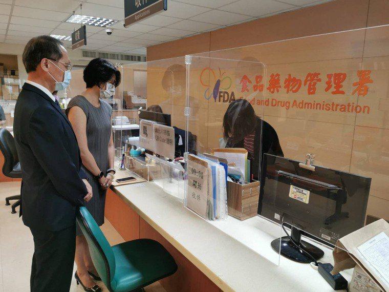 慈濟基金會執行長顏博文(左)今天上午9時到食藥署送件申請採購500萬劑BNT疫苗...