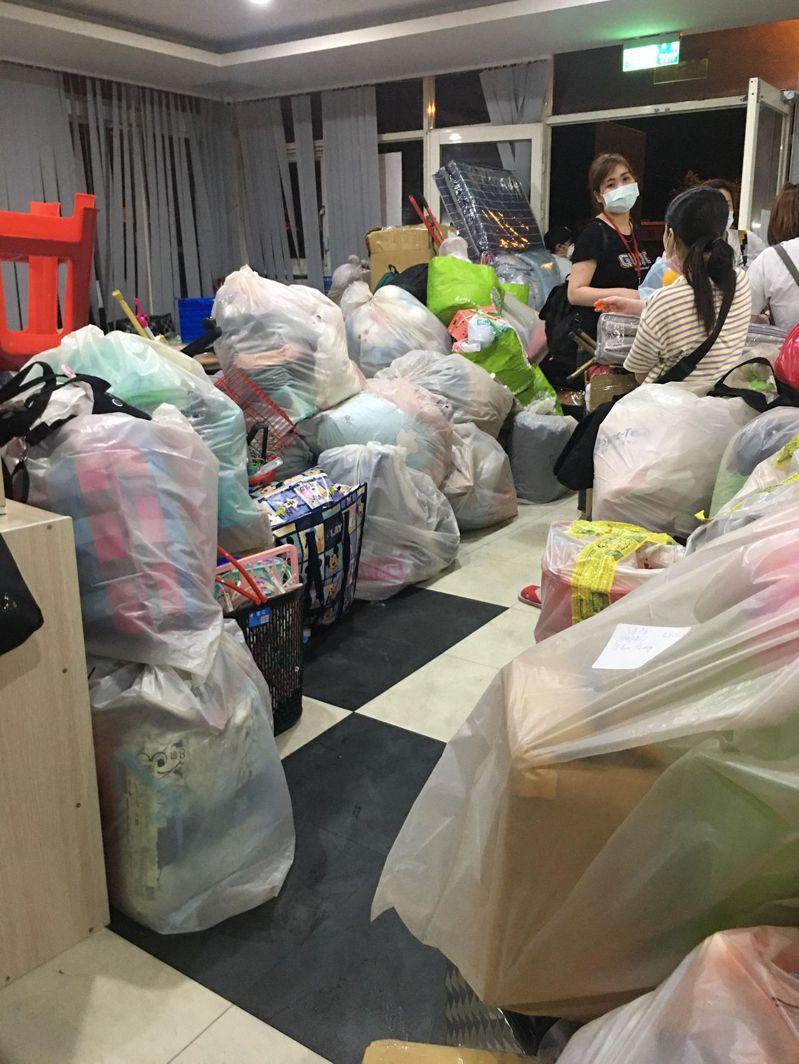 移工搬遷宿舍,整理大包小包行李,社交距離全失。移工提供