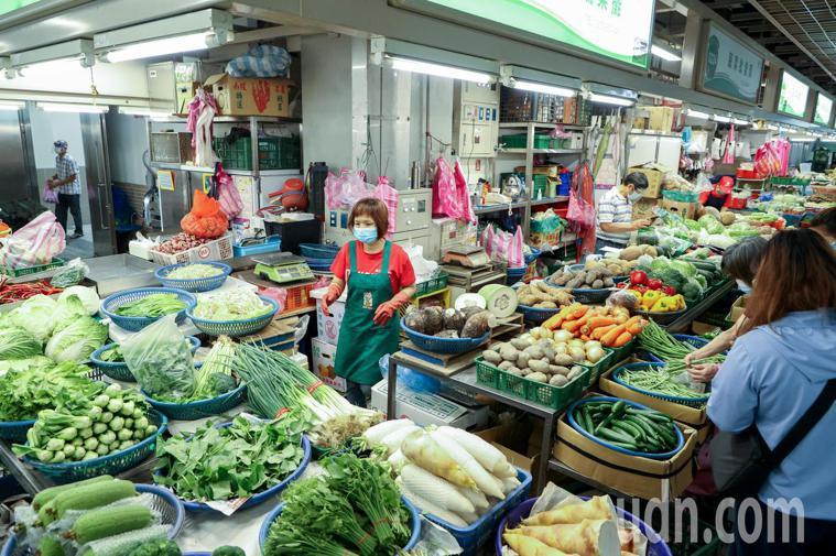 環南市場攤商昨天仍正常營業,今天進入市場需持快篩陰性證明。記者曾原信/攝影