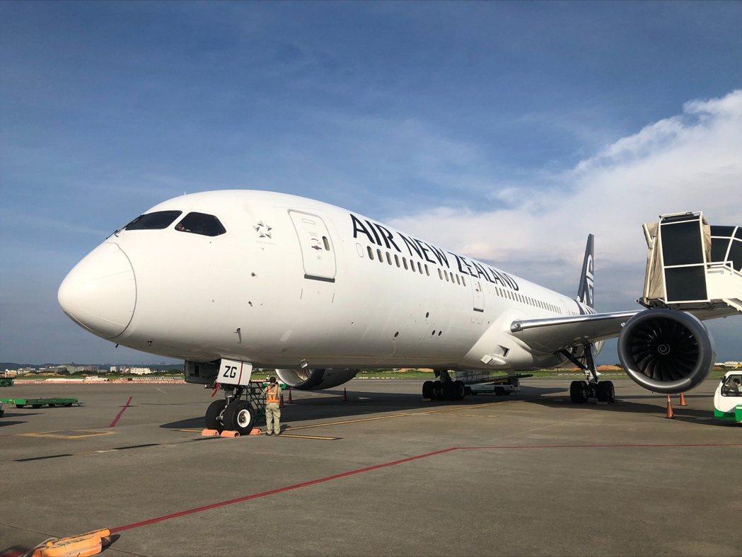 紐西蘭航空順利恢復一周兩班的台灣貨運服務,6月13日貨機順利抵達桃園機場。由奧克...