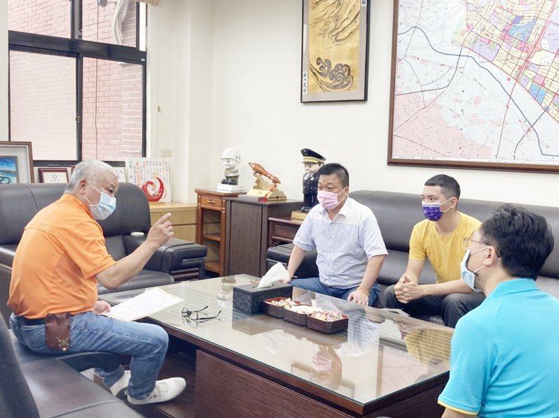 代表會主席林啟賢等人21日前往拜會市長何淦銘,送交書面建議案,建請市公所照案辦理。圖/林啟賢辦公室提供