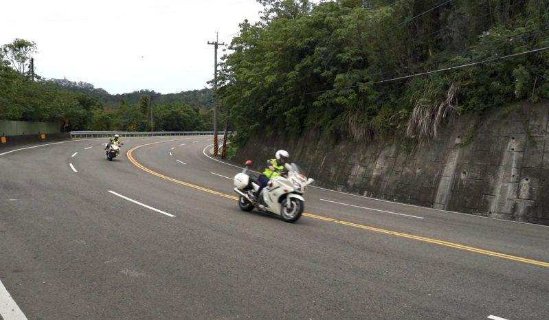 交通隊示範該如何正確騎車,如準備進入下坡彎道時要減速、彎道中須定速。圖/警方提供