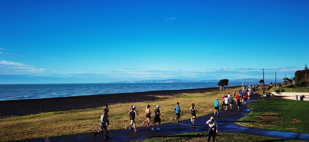 最新消息指出,由於一名遊客返回澳洲後經新冠病毒檢測呈陽性反應,紐西蘭正在追蹤該遊...