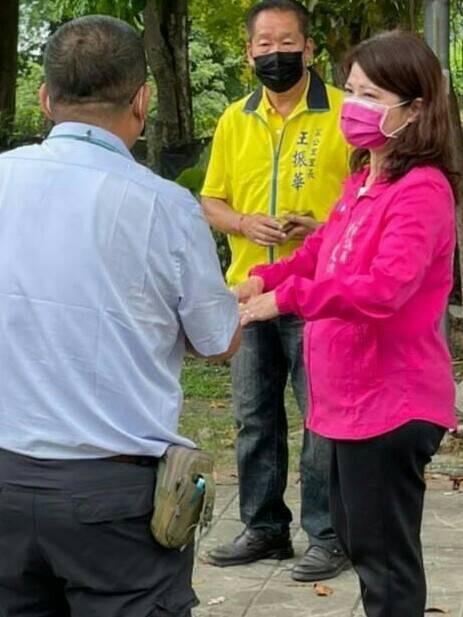 高市議員陳玫娟(右一)建議市府快點把鄰長列入施打對象。圖/陳玫娟服務處提供