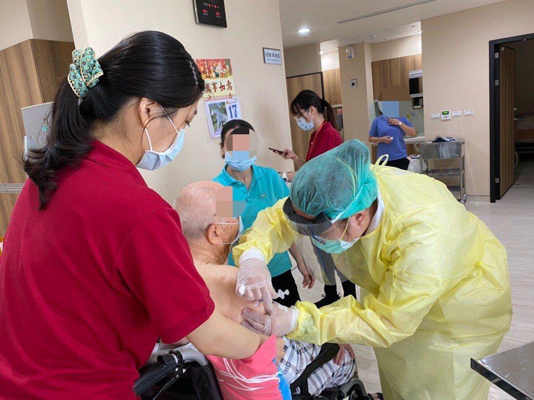 高雄市立民生醫院接獲衛生局疫苗施打任務,安排醫護人員前進住宿型長照機構,為住民及...
