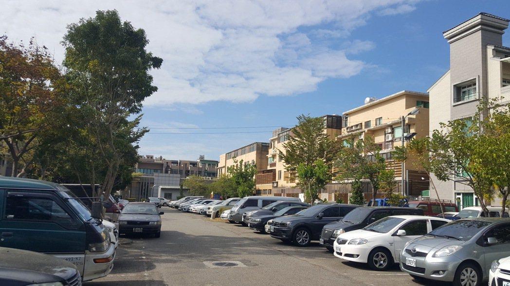 苗栗縣竹南鎮市區商圈的立達停車場目前不收費,鎮公所將納入路邊停車收費範圍。記者胡...