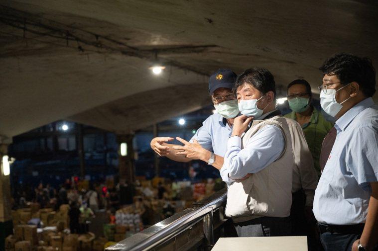 陳時中指揮官視察萬大果菜市場。圖/指揮中心提供