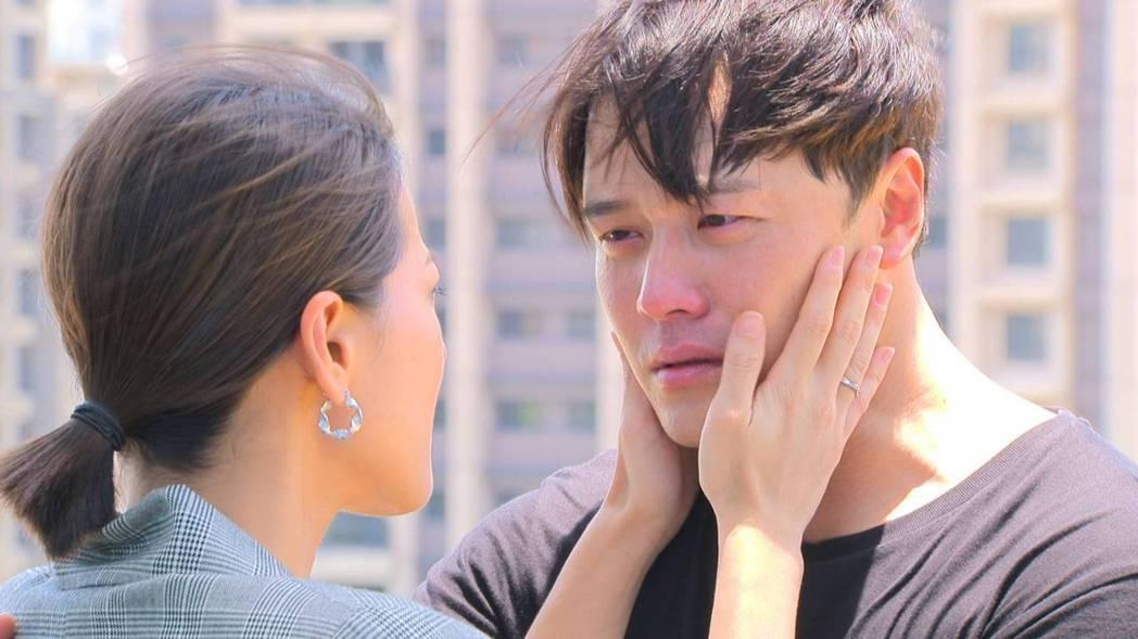 黃文星(右)、蘇晏霈「多情城市」天台殺青戲。圖/民視提供