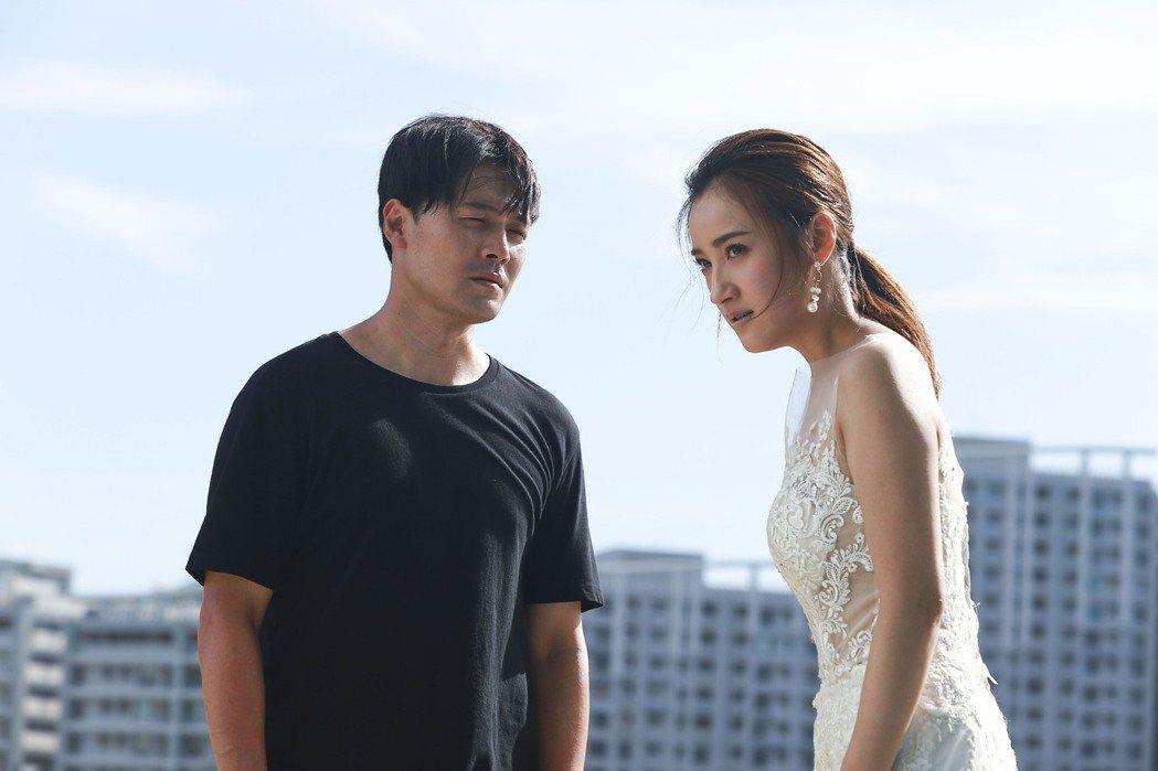 黃文星(左)、夏宇禾在「多情城市」中天台殺青戲。圖/民視提供