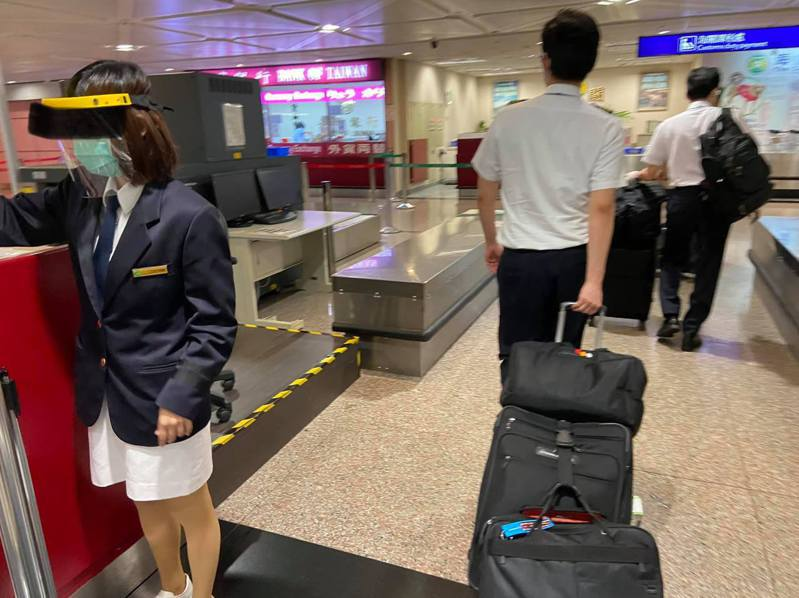 資深機師憂心台灣的機場工作人員防疫作為不足,恐成防疫破口。圖/讀者提供