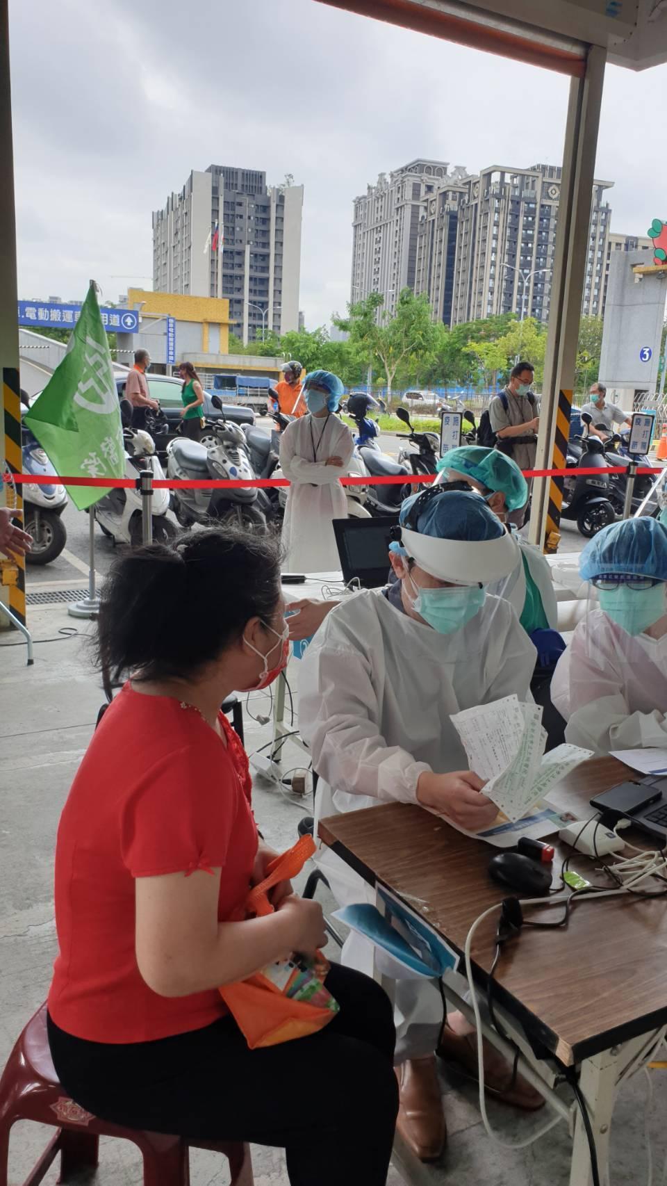 板橋果菜市場現場接種疫苗前問診情況。圖/亞東醫院提供