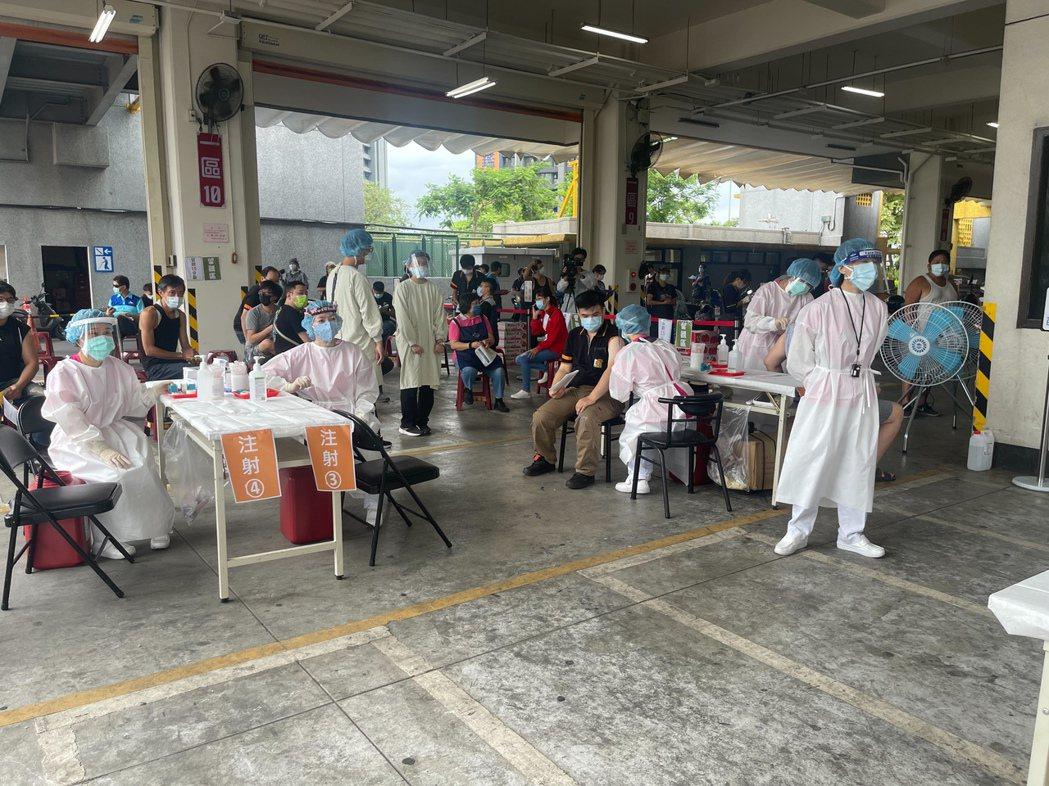 板橋果菜市場今日施打環境,現場規劃四線施打疫苗。圖/亞東醫院提供