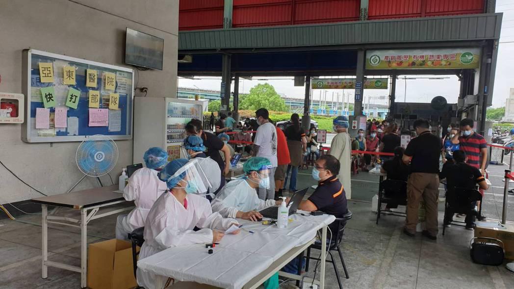 亞東醫院「快打部隊」今日進駐板橋果菜市場,為相關人員施打疫苗。圖/亞東醫院提供