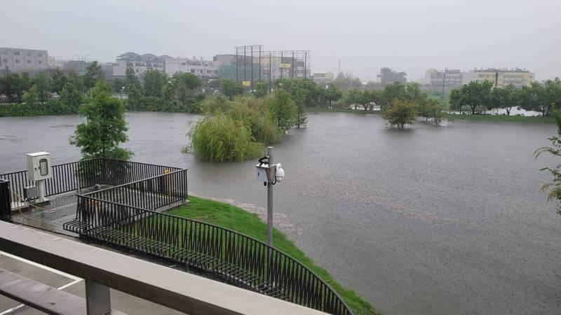 彰化縣員林市圓林園滯洪池在連日豪大雨中,發揮滯洪及排洪的功能,有效改善過溝排水周邊大同路、 大勇街一帶的水患,令民眾印象深刻。圖/彰化縣政水資處提供