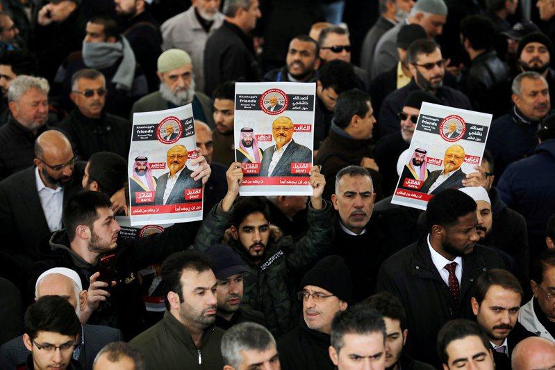 沙國記者兼專欄作家卡紹吉2018年10月在伊斯坦堡的沙國領事館被殺,紐時23日披露,部分殺手曾在案發前一年,獲美政府核准,赴美受半軍事訓練。圖為2018年底在伊斯坦堡舉行的卡紹吉祈禱會。路透