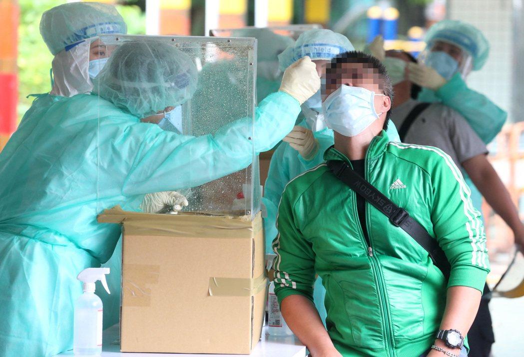 北市府在萬大國小設置快篩站,卻有篩檢陰性攤商說沒有PCR檢測,無法去醫院接種。記...
