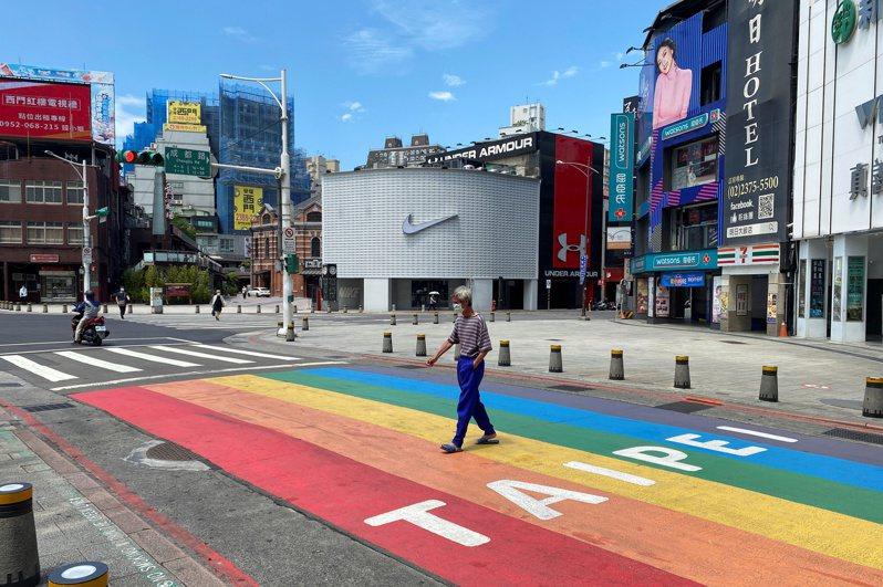 台北市西門町因防疫警戒人車稀少。圖/路透