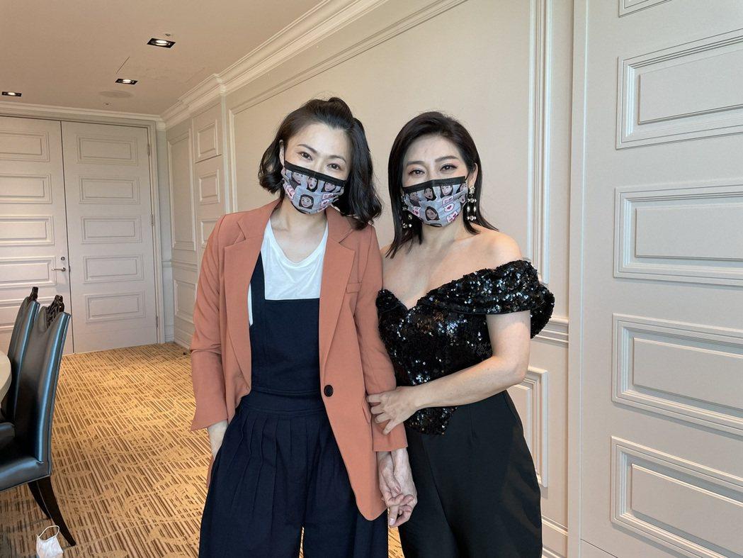 侯怡君(左)代表「多情城市」,王彩樺演出的「黃金歲月」接棒,雙后見面互相鼓勵。圖...