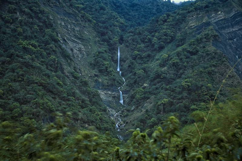 攝影師蘇振欽在嘉義縣阿里山上,發現一處瀑布秘境,落差高達十餘層樓,但他也無法說出確切位置,僅表示在土匪山附近。圖/蘇振欽提供