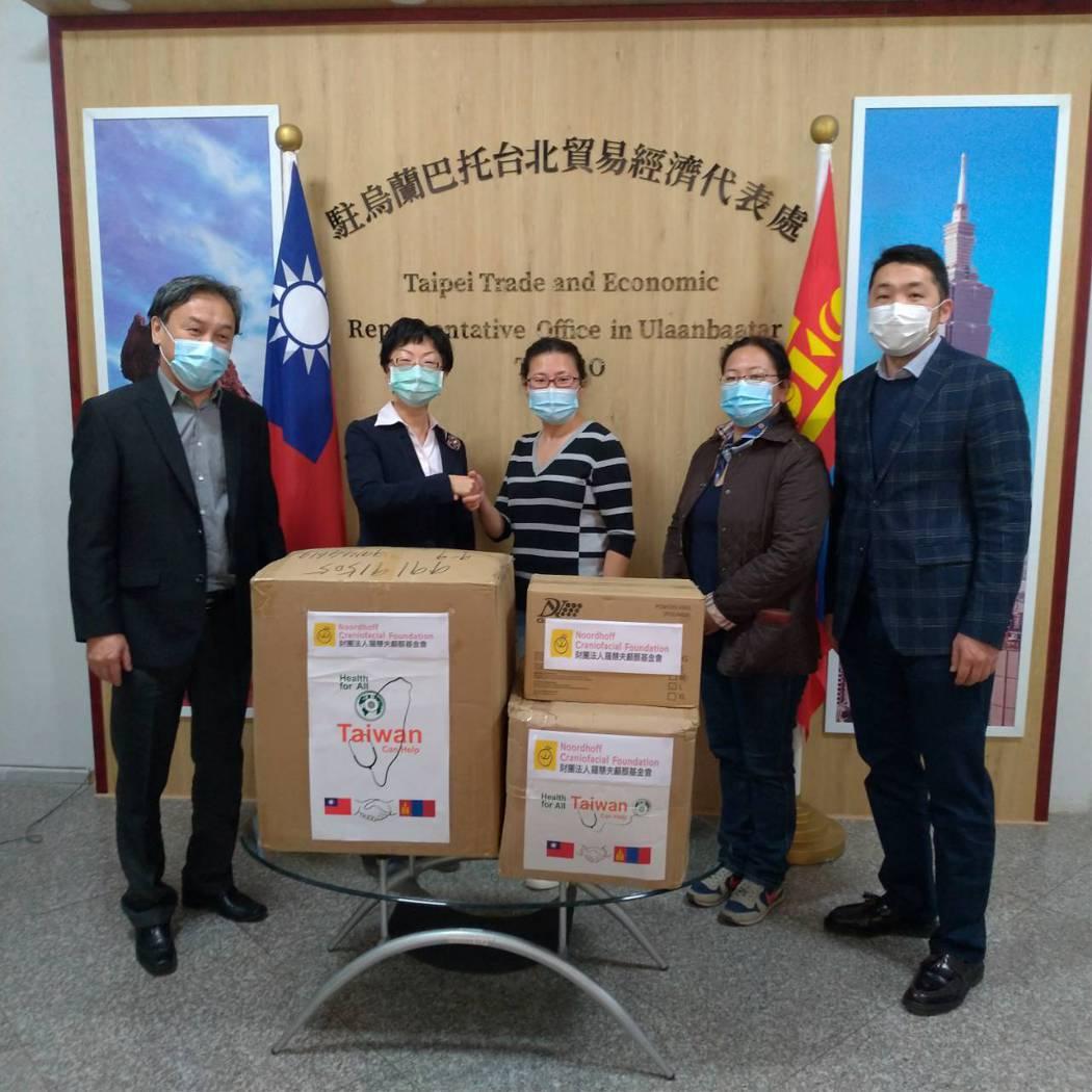 羅慧夫顱顏基金會今年5月捐贈醫療物資給蒙古國立婦幼醫院,在台灣駐蒙古代表處見證下...
