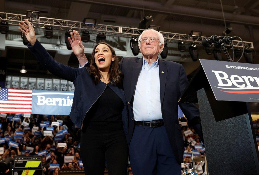 美國佛蒙特州聯邦參議員桑德斯參加2020年的民主黨總統初選時,紐約州聯邦眾議員歐...