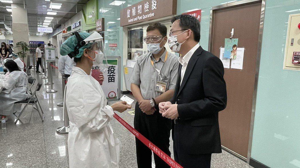 在衛福部立桃園醫院醫護人員支援下,松山機場航空業從業人員今日開始施打莫德納疫苗,...