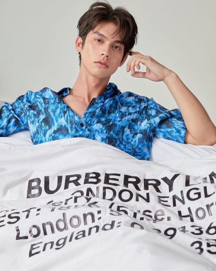 泰國男神Bright裹著羽絨被在IG預告今晚的BURBERRY 2022春夏男裝...