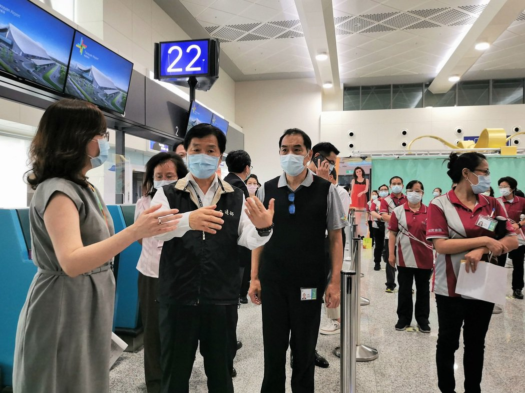 交通部常務次長祁文中今日下午前往桃園國際機場視察疫苗接種作業。 圖/桃機公司提供