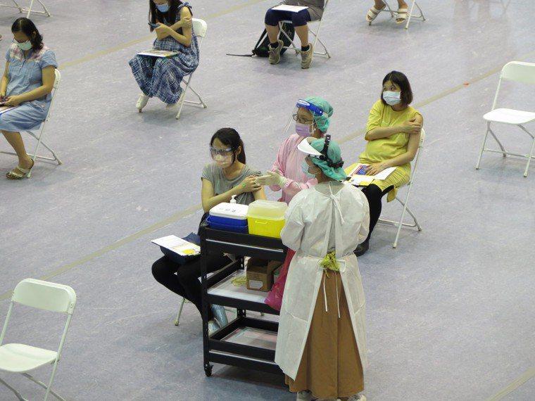 新竹市今天一共通知485名孕婦,最後前來施打共375人,報到率為77%,比昨天要...
