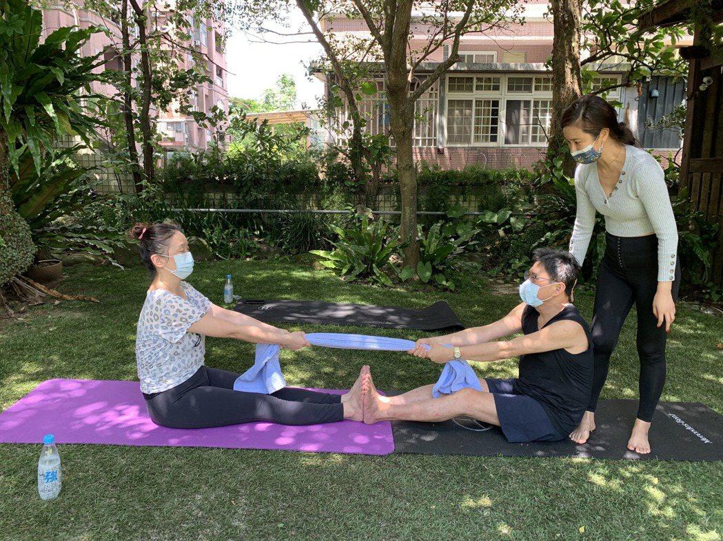 黃心娣安排了一堂「戶外瑜伽」的兩人課程。圖/周子娛樂提供