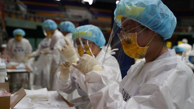 屏東縣今通報一件長輩施打疫苗死亡案例,屏東縣累計7例死亡。圖為疫苗整備情況。圖/...