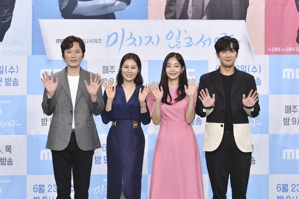 鄭在詠(左起)、文素利、金佳恩、李相燁出席記者會宣傳「直到瘋狂」。圖/friDa