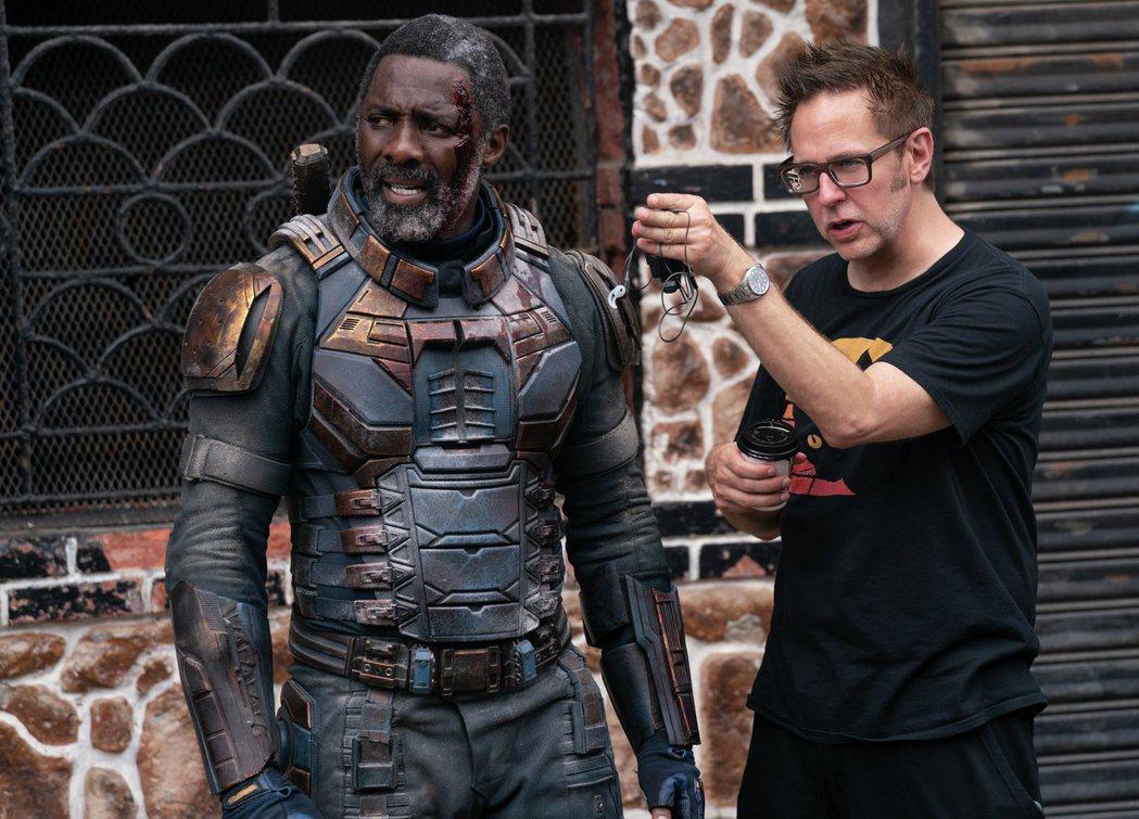 導演詹姆斯岡恩(左)與伊卓斯艾巴在「自殺突擊隊:集結」的片場拍攝照。圖/華納兄弟...