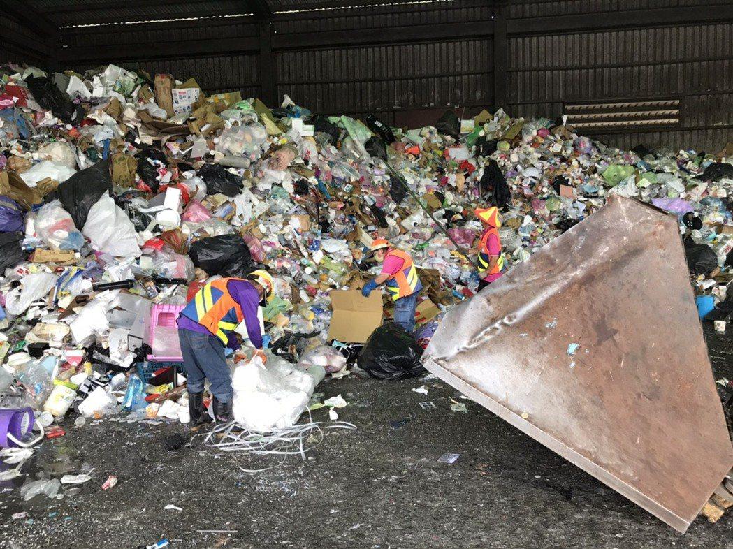 受疫情影響,台南市資源回收數量大增,其中紙製及塑膠餐盒偏多。記者鄭惠仁/攝影