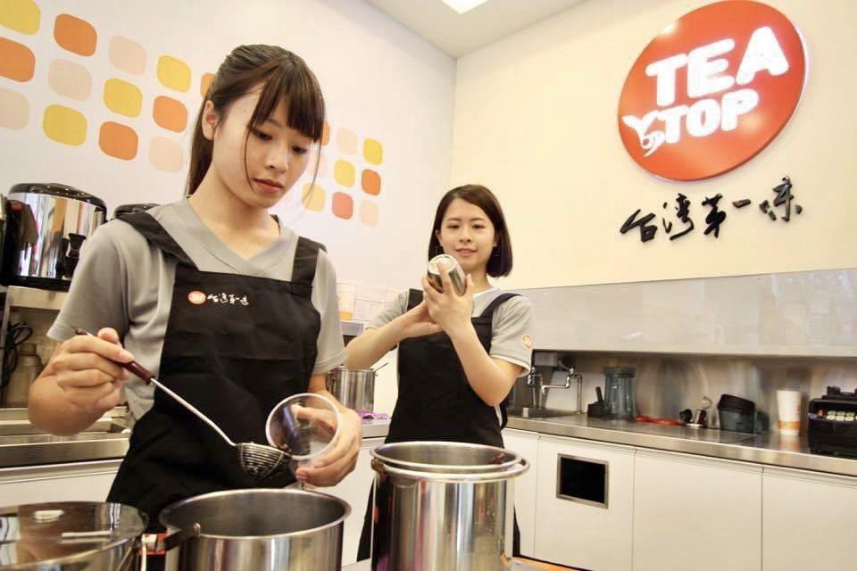 「TEATOP第一味」標榜茶飲自產自銷一條龍,在中南部有穩定客源與品牌名聲。TE...