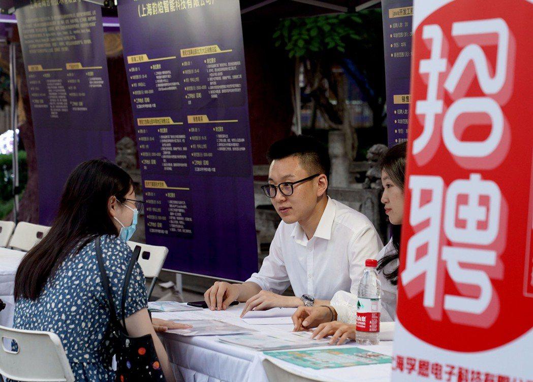 圖為上海6月21日在錦江樂園舉行的人才招聘活動。新華社