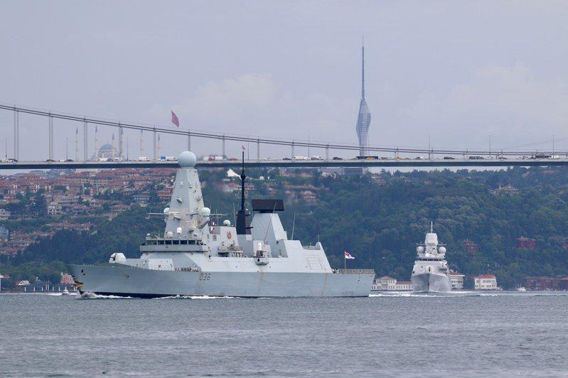 英國保衛者號驅逐艦(圖)在闖入俄黑海水域後遭開火警告。路透