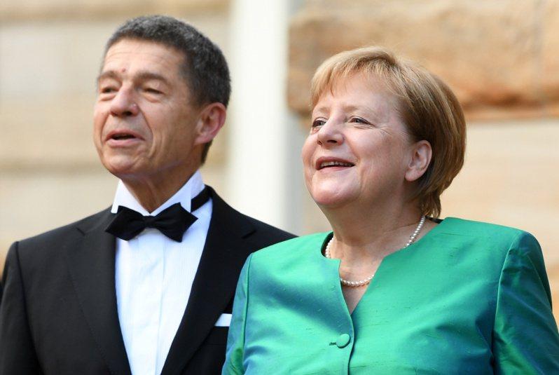 梅克爾曾說,她與丈夫間的交談「幾乎至關重要」,稱讚紹爾是「非常棒的建言者」。路透