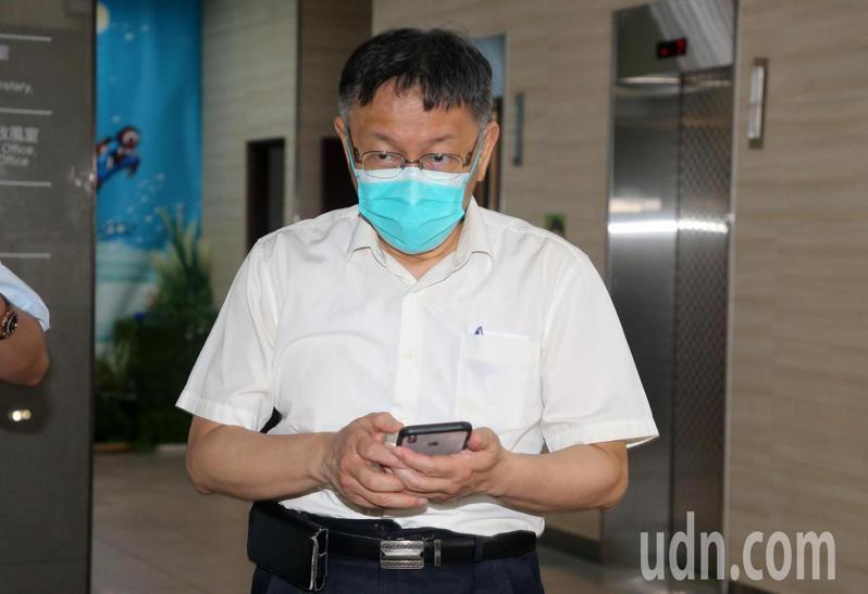 北農群聚案擴大,台北市長柯文哲今晚到指揮中心,和指揮官陳時中等專家小組開會。聯合報系記者胡經周/攝影
