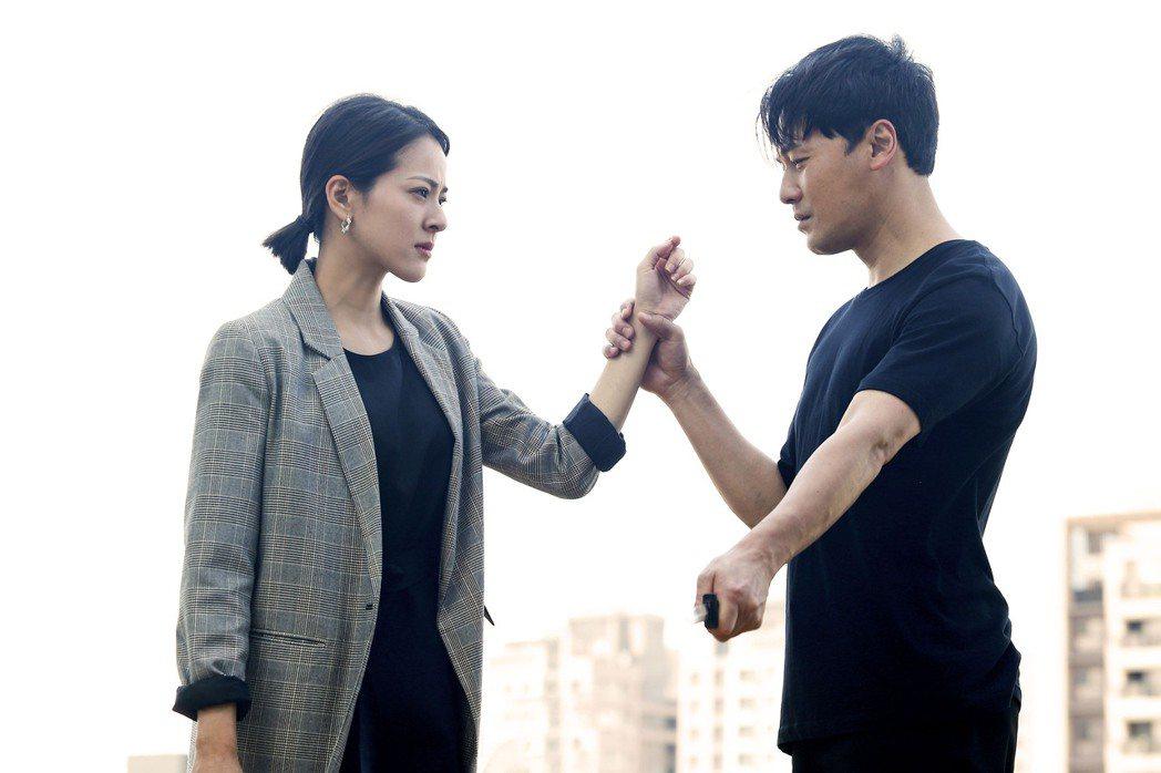 黃文星(右)在「多情城市」中對蘇晏霈飾演的「思思」始終有執念。圖/民視提供